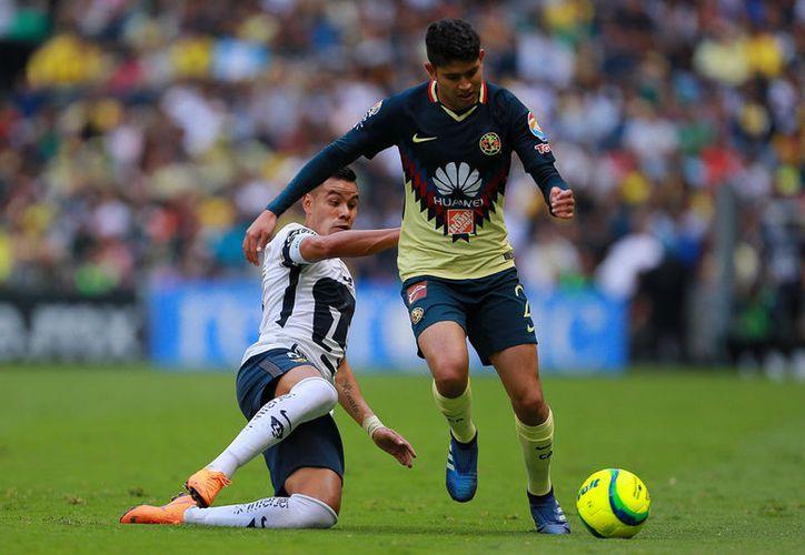 Pablo Barrera (I) del Pumas y Carlos Vargas (D) del América durante el juego de vuelta de los cuartos de final del Torneo Clausura 2018. (Jam Media)