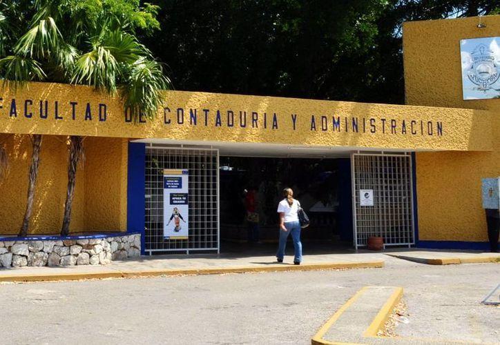 La Universidad Autónoma de Yucatán reanudó sus actividades escolares este lunes. Los empresarios dicen que sería 'deseable' que la máxima casa de estudios homologara su calendario vacacional con el de la Segey. (SIPSE)