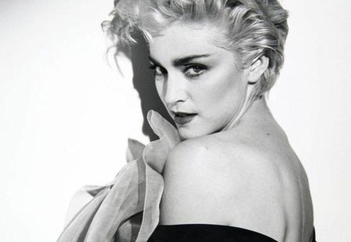 Esta imagen sin fecha cedida por la casa de subastas Julien's Auctions muestra un retrato de Madonna del famoso fotógrafo Herb Ritts, que se vendió en 35,155 dólares durante la subasta de dos días Icons & Idols: Rock n' Roll en Beverly Hills, California. (Agencias)