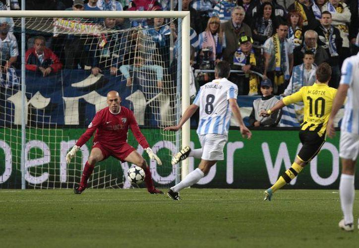 Mario Goetze (d) falla un tiro a gol frente al arquero Willy Caballero. (Agencias)
