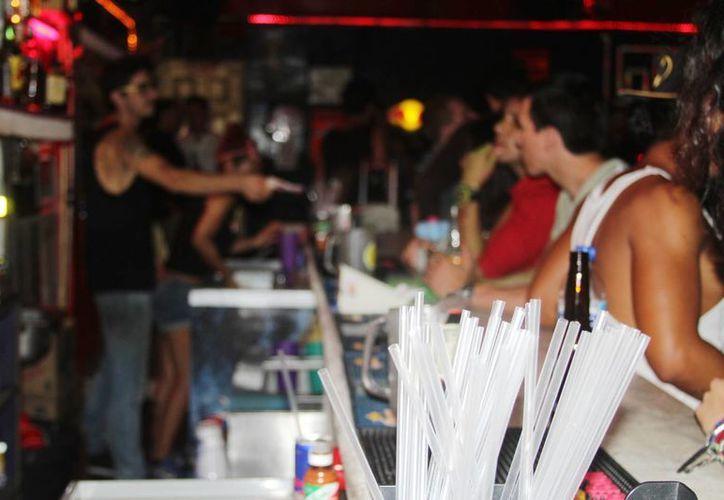 A partir del próximo año las bebidas alcohólicas deberán tener una leyenda que prohíba su venta a menores de edad. (Octavio Martínez/SIPSE)