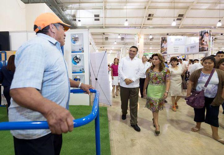 Tras inaugurar la Expo Inclusión, el Gobernador recorrió las instalaciones junto a su esposa. (Milenio Novedades)