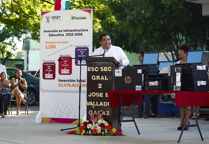 Víctor Caballero Durán inició ayer su segundo año como secretario de Educación del Estado y en ese marco encabezó una serie de eventos para continuar fortaleciendo el modelo formativo en la entidad. (Fotos cortesía del Gobierno estatal)