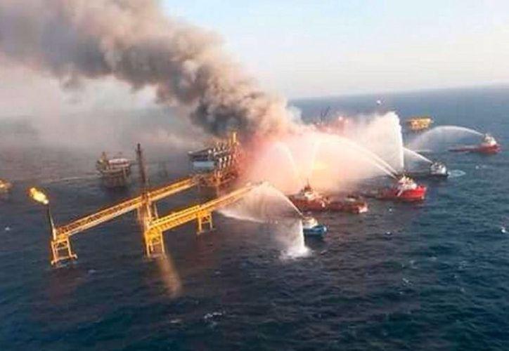 La plataforma Abkatun Alfa, en la Sonda de Campeche, se incendió la madrugada del 1 de abril de 2015. (Foto Arhivo)
