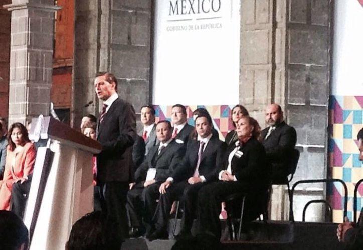 Diputados, entre ellos el líder del Congreso de Yucatán, Luis Hevia Jiménez, escuchan al presidente Enrique Peña Nieto en la clausura de trabajos de la Copecol. (SIPSE)