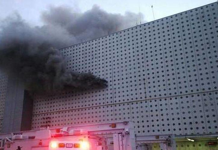 Aspecto del incendio registrado esta tarde de lunes en el Aeropuerto Internacional de la Ciudad de México(@toby_97129)
