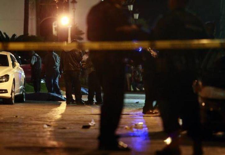 El cuerpo del hombre baleado en Ecatepec tenía el torso descubierto. (Notimex/Foto de Contexto)