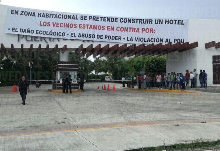 Desde el pasado domingo personal de seguridad de la Administración bloqueó el acceso a los trabajadores al condominio. (Pedro Olive/ SIPSE)