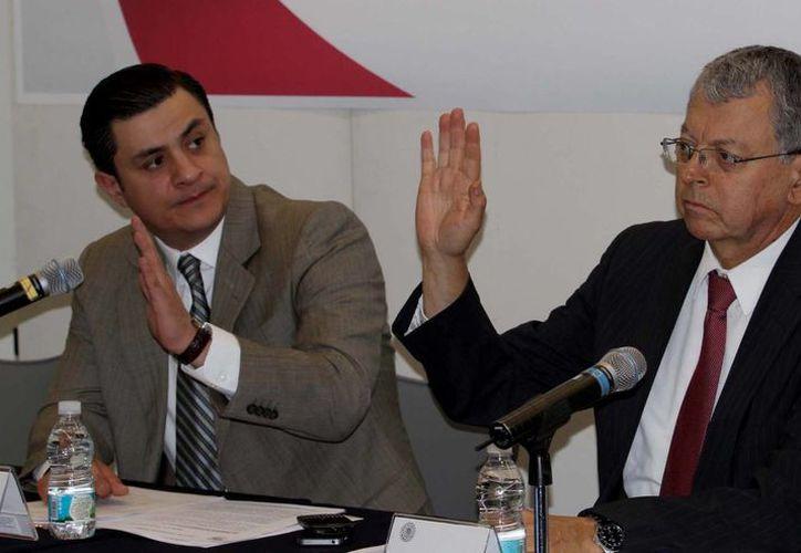 Los senadores José María Martínez y Manuel Camacho durante la instalación de la comisión especial, este miércoles. (Notimex)