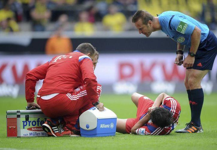 Javi Martínez se perderá durante meses los juegos del Bayern Munich tras lesionarse una rodilla en un juego amistoso. (EFE)