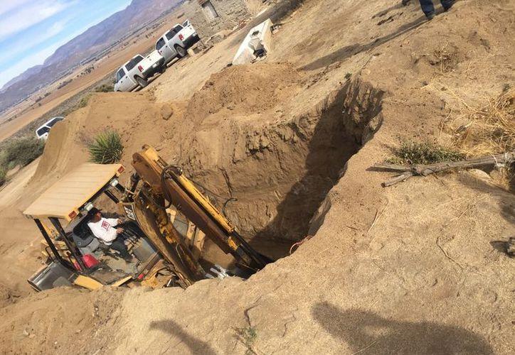 Trabajaron por cuatro día para remover la tierra y el concreto para dar con los cuerpos. (Foto: La Jornada)
