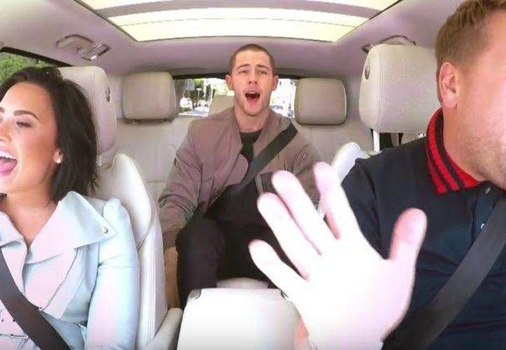 Demi Lovato y Nick Jonas y James Corden pasaron un rato muy divertido en el 'carpool karaoke'. (Captura de pantalla/ Youtube)