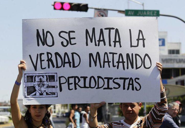 Periodistas realizan una protesta como parte de una jornada nacional contra los ataques a comunicadores, en México. (EFE/Archivo)