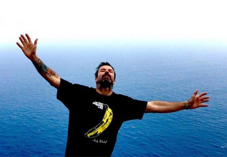 El músico de 49 años publicó una fotografía de él con los brazos abiertos y junto al mar.(Foto tomada de instagram/@jarabeoficial)