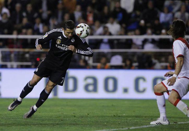 Real Madrid ganó 2-0 a Rayo Vallecano. En la foto, Cristiano Ronaldo anota en el partido de la Liga de España. (Foto: AP)