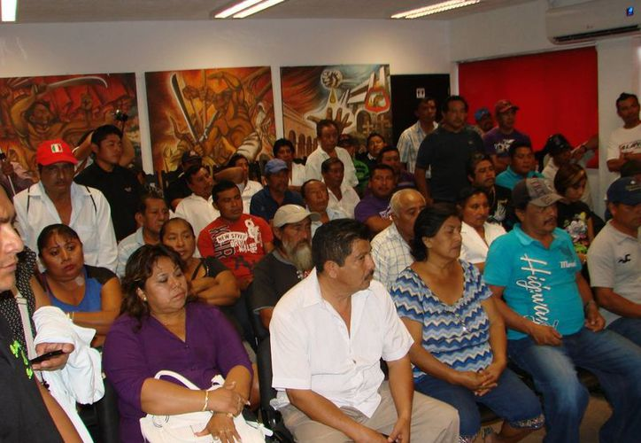 Los comuneros de la zona maya acudieron al llamado de las autoridades para recibir sus documentos de propiedad; agradecieron al Registro Agrario Nacional la legalización oportuna de sus parcelas. (Manuel Salazar/SIPSE)