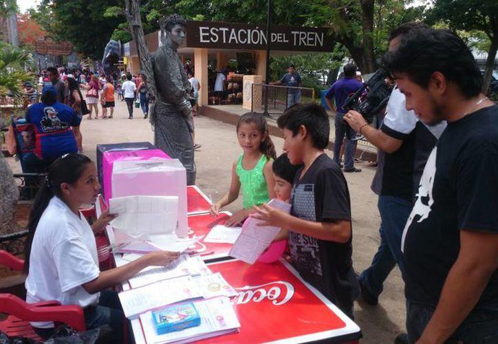 Una mesa de la Consulta Infantil y Juvenil 2015 en Mérida. En esta ocasión, reporta el INE, aumentó la participación de niños y adolescentes. (SIPSE)