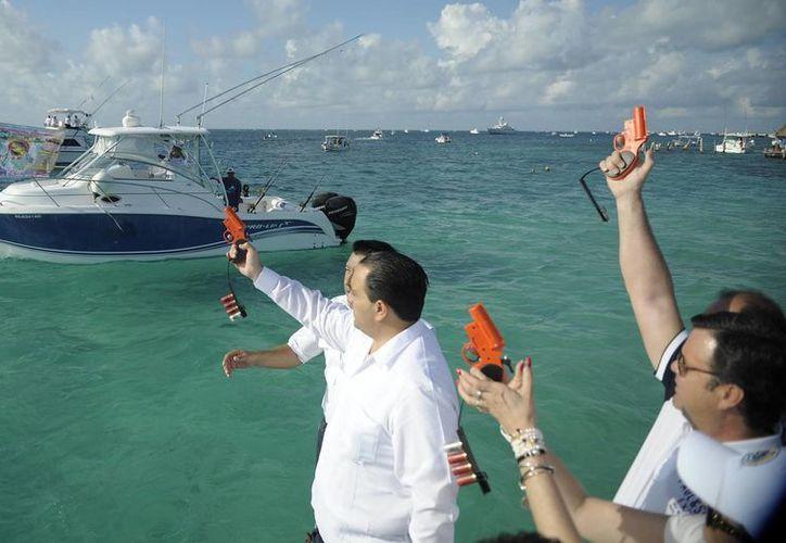 En el disparo de salida hoy, el gobernador del estado acompañado de la familia García Gamboa. (Israel Leal/SIPSE)