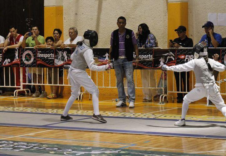 Intensos combates se viven durante el campeonato internacional de esgrima. (Raúl Caballero/SIPSE)