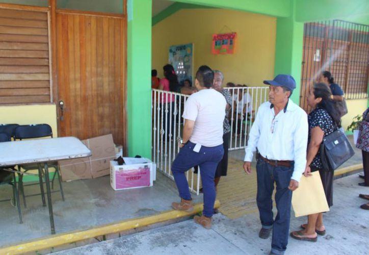 Continúa la afluencia de ciudadanos en las casillas. (Miguel Maldonado/SIPSE)
