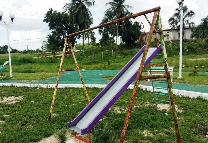 Las resbaladillas, columpios y otros juegos que se encuentran en el parque de la comunidad lucen en muy mal estado por el abandono. (Edgardo Rodríguez/SIPSE)