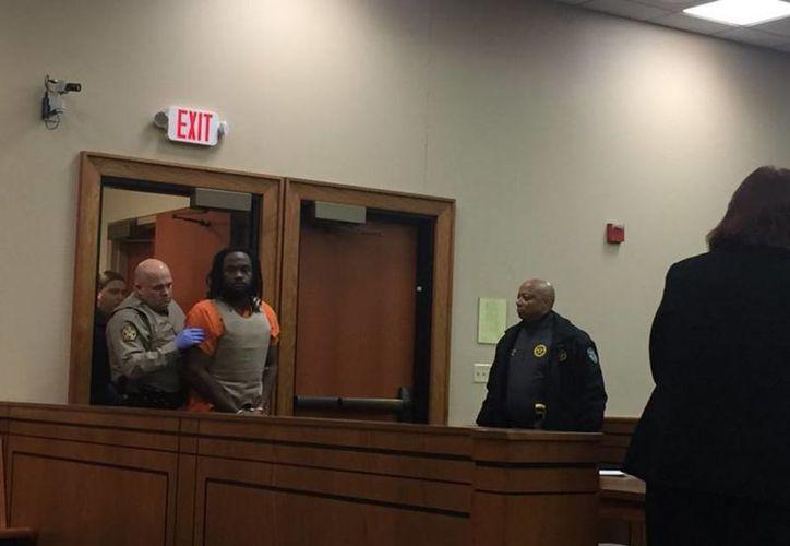 Ronald Exantus enfrenta cargos de asesinato y robo en primer grado. Imagen de Exantus al entrar al juzgado donde será procesado por la muerte de un menor de seis años. (twitter.com/LEX18News)