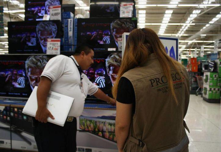 Personal de la Profeco concilia con los consumidores y los proveedores para arreglar las situaciones en el momento. (Octavio Martínez/SIPSE)