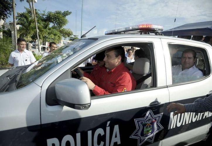 El gobernador en la entrega de las patrullas. (Cortesía/SIPSE)