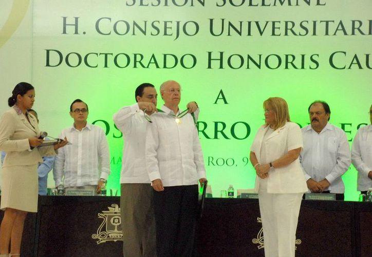 El rector de la UNAM, José Narro Robles, recibió la distinción más reciente. (Cortesía/SIPSE)