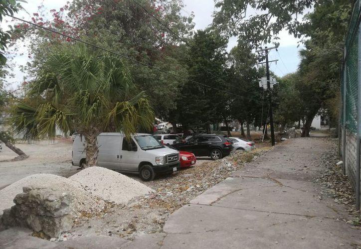 El espacio donde construirán el parque es utilizado como estacionamiento. (Israel Leal/SIPSE)
