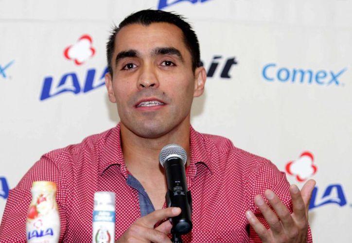 Además de ser árbitro y terminar la carrera de director técnico, Marco Antonio Rodríguez Moreno ofrece conferencias sobre salud y deporte. (Notimex)