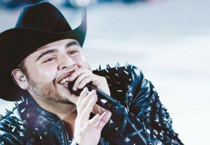 El cantante grupero Gerardo Ortiz deleitará al público cancunense en noviembre. (Cortesía)