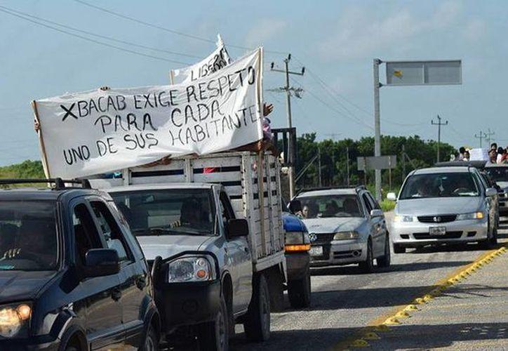 Cansados de las extorsiones de los policías municipales destacamentados en Champotón, campesinos salieron a las calles a pedir justicia. (Foto tomada de debate.com.mx)