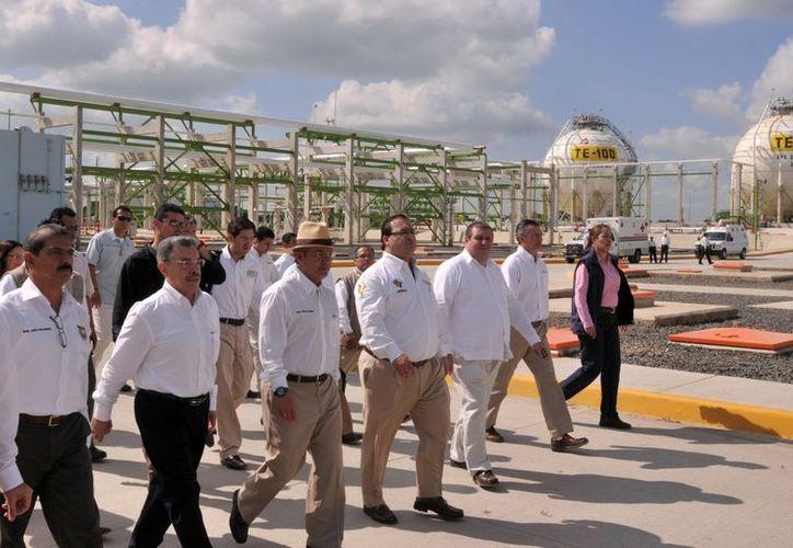 Calderón durante su gira presidencial inaugura las obras pendientes antes de que finalice su mandato. (Notimex)