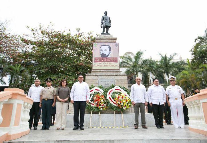 El gobernador Rolando Zapata con otros funcionarios del Gobierno y representantes educativos, durante la conmemoración del aniversario luctuoso 147 del General Manuel Cepeda Peraza. (Foto cortesía del Gobierno de Yucatán)