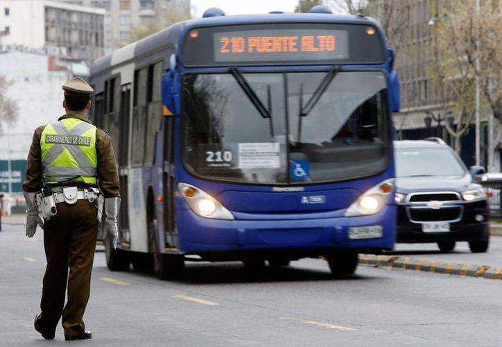 Un policía vigila una transitada avenida en Santiago de Chile, país sacudido por varios atentados. El de este miércoles dejó una persona herida en Viña del Mar, a 125 kilómetros al oeste de la capital. La imagen es de contexto. (Efe/Archivo)