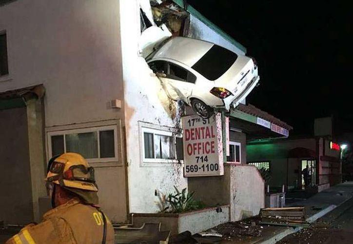 Bomberos encontraron al automóvil incrustado en un edificio comercial de California. (Foto: El Dictamen)