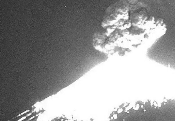 La columna de humo alcanzó hasta cuatro kilómetros de altura. (Internet)