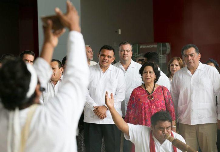 El gobernador Rolando Zapata inauguró este viernes la Segunda Mesa Redonda del Mayab 'La ciencia y el arte entre los mayas', que forma parte del Festival Internacional de la Cultura Maya. (Foto cortesía del Gobierno de Yucatán)