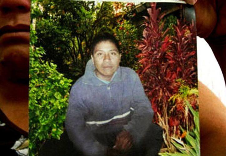 Aunque dijo creer lo que dice el salvadoreño sobre la muerte de Ezequiel Córdova (foto), el padre de éste asegura que necesita hablar con el náufrago en persona para estar seguro. (Agencias)