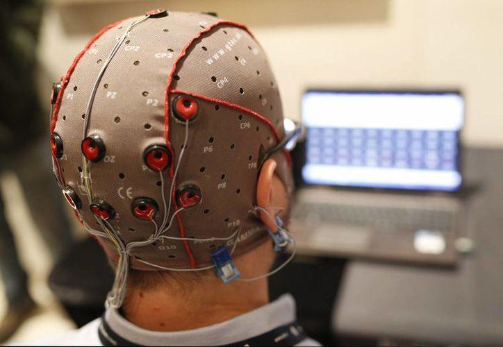 Según expertos, la estimulación cerebral con electrodos mejoraría el rendimiento mental de las personas sanas. (EFE)