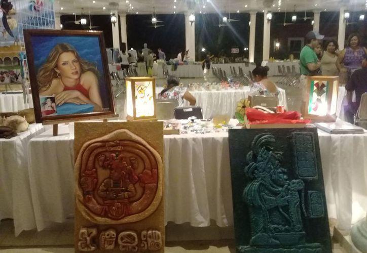 Entre los artículos que se venden en la Expo Artesanal de la Hacienda Santa Cruz hay bellas pinturas, ropa típica, figuras talladas en madera, joyas,  collares, entre otros.