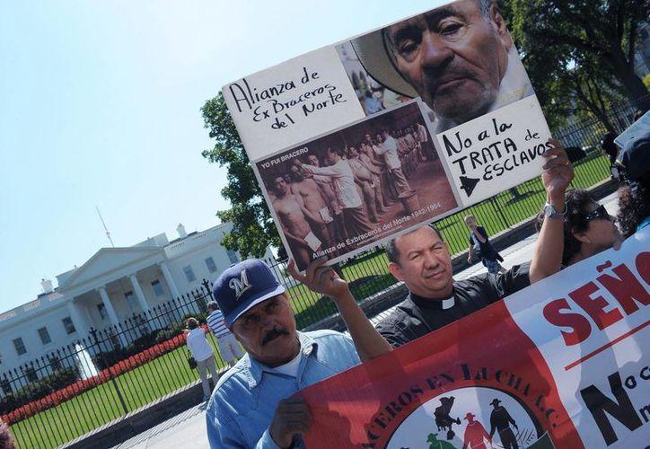 Protesta de exbraceros mexicanos frente a la Casa Blanca, el pasado jueves. (Notimex)
