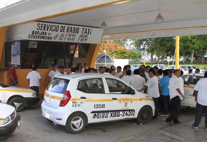 El número de servicios que brindan cada uno de los radio taxis varía entre cinco y 10 por día. (Ángel Castilla/SIPSE)
