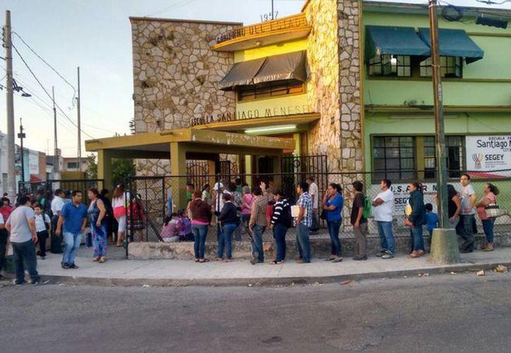 Padres de familia hacen fila para preinscribir a sus hijos a primer grado de primaria en la escuela Santiago Meneses, en la calle 73 con 52 del centro histórico de Mérida. (José Salazar/SIPSE)