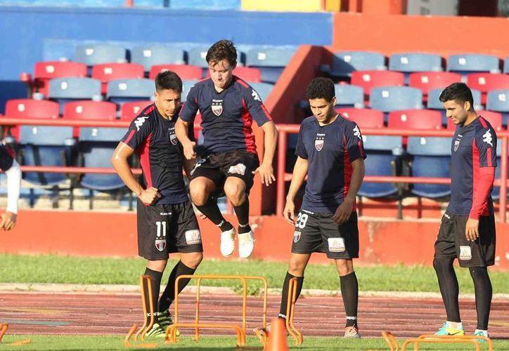 El conjunto trabajó en su sistema táctico durante el entrenamiento. (Raúl Caballero/SIPSE)