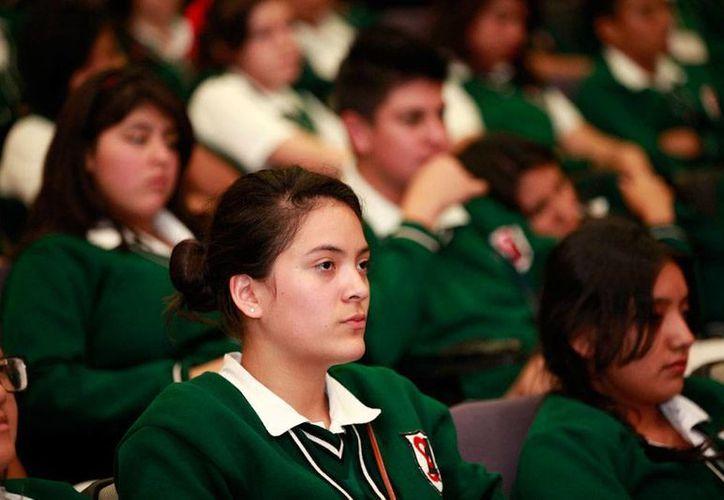 El cineasta Carlos Cuarón presentó ante estudiantes de secundaria el cortometraje <i>El sándwich de Mariana</i>, en el que hace conciencia sobre la gravedad del bullying. (Notimex)