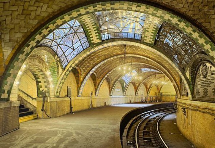 "Las bóvedas de la vieja estación Ayuntamiento del metro de Nueva York, forman parte de la exposición ""Palaces for the People: Guastavino and the Art of Structural Tile"".(Agencias)"