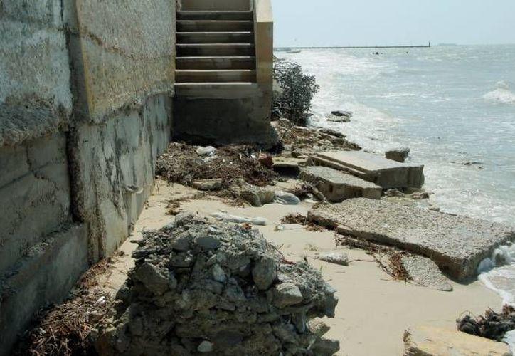 Las casas abandonadas en la costa de Progreso acarrean graves riesgos. (Archivo/SIPSE)