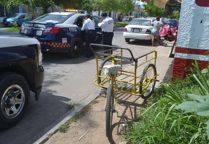 """Policías decidieron subir al """"abuelito"""" a la patrulla y llevarlo ante un médico, ya que presentaba dolor en cadera, espalda y cráneo. (SIPSE)"""